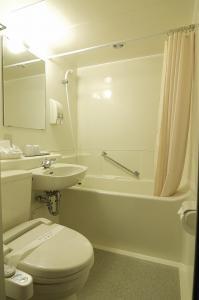 A bathroom at Ginza International Hotel