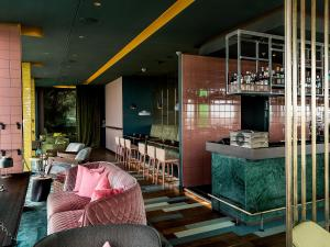 The lounge or bar area at Vienna House Andel's Berlin