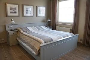 A bed or beds in a room at B&B The Beachhouse