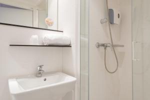 A bathroom at Première Classe La Rochelle Centre - Les Minimes