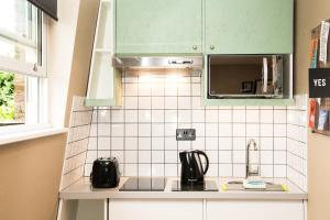 A kitchen or kitchenette at room2 Hammersmith Hometel