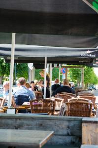 A restaurant or other place to eat at HCR Teernstra