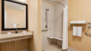 A bathroom at Hilton Garden Inn Solomons