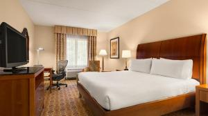 A bed or beds in a room at Hilton Garden Inn Solomons