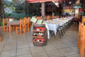 A restaurant or other place to eat at Hotel El Bambu