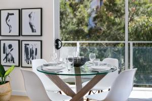 A restaurant or other place to eat at Ultra modern 2 bdrm in St Leonards Crows Nest - 803NOR