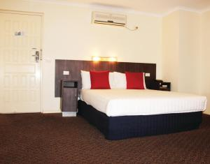 A bed or beds in a room at Boulevard Motor Inn