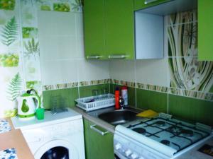 Кухня или мини-кухня в Апартаменты на Кронштадской 6
