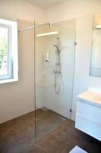 A bathroom at Gasthof Röck