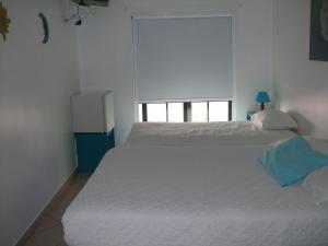 Uma cama ou camas num quarto em Hotel Adelaide