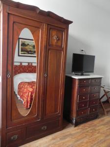 Una televisión o centro de entretenimiento en Hotel Beltran