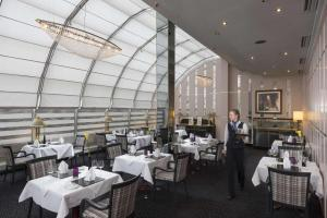 A restaurant or other place to eat at Maritim Hotel München