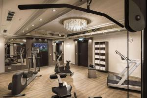 The fitness centre and/or fitness facilities at Maritim Hotel München