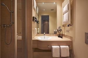 A bathroom at H+ Hotel München
