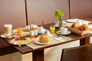 Breakfast options available to guests at H+ Hotel München