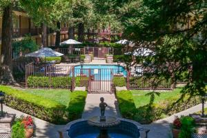 A view of the pool at Embassy Suites Napa Valley or nearby
