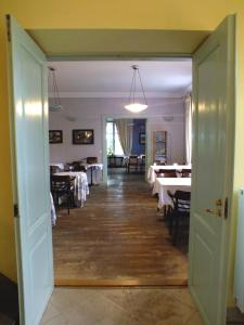A restaurant or other place to eat at Loona Manor Guesthouse