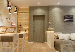 A bathroom at Design Suites Palma