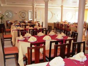 A restaurant or other place to eat at Le Zat