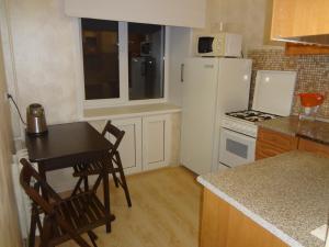 Кухня или мини-кухня в Apartment On Lenina 39
