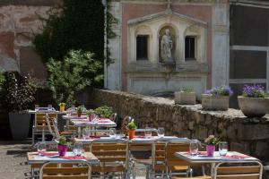 A restaurant or other place to eat at Best Western Blanche de Castille Dourdan