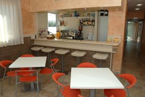The lounge or bar area at Hostal Los Coronales
