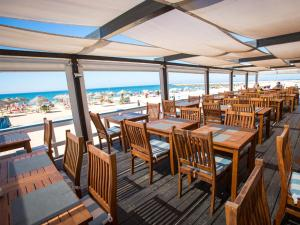 A restaurant or other place to eat at Dom Pedro Marina