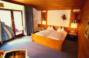 Ein Bett oder Betten in einem Zimmer der Unterkunft Hotel Sonneck