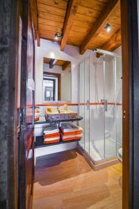 A bathroom at Apartaments Cal Xic
