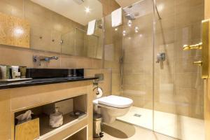 A bathroom at Mansio Suites Basinghall