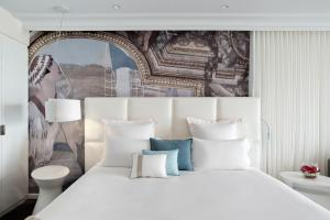 A bed or beds in a room at Cures Marines Trouville Hôtel Thalasso & Spa - MGallery