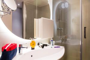 A bathroom at Aparthotel Adagio Edinburgh Royal Mile