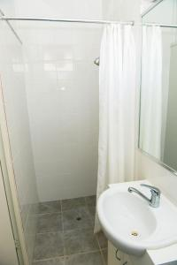 A bathroom at Bandicoot Motor Inn Hamilton