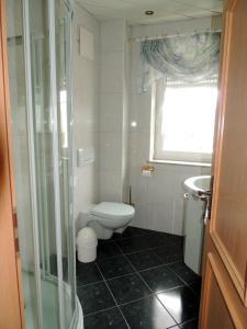 Ein Badezimmer in der Unterkunft Gästehaus Am Hirtenberg