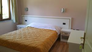 A bed or beds in a room at Hotel Margjeka