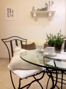 A restaurant or other place to eat at Villa Mediterranea - Garden Suite