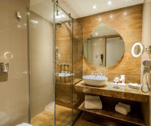 A bathroom at Arena Ipanema Hotel