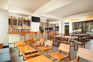 A restaurant or other place to eat at BATIQA Hotel Pekanbaru