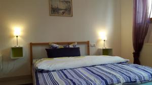 Ein Bett oder Betten in einem Zimmer der Unterkunft Ferienwohnung Holzquappe am Badesee Ehmetsklinge