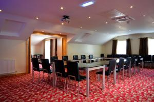 The business area and/or conference room at Cambridge Hotel