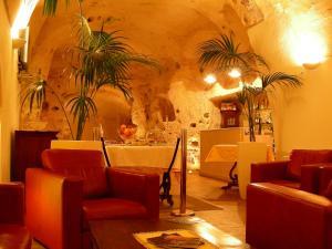 The lounge or bar area at Caveoso Hotel
