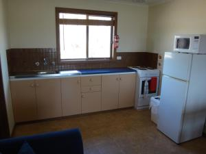 A kitchen or kitchenette at Windana Cottages
