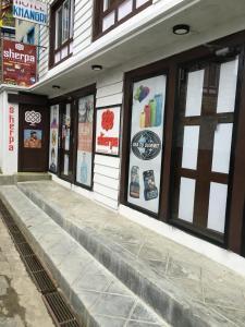 A fachada ou entrada em Hotel Khangri