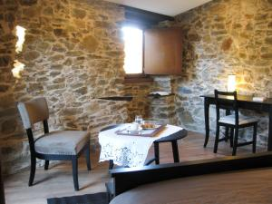 A restaurant or other place to eat at Candeias do Souto