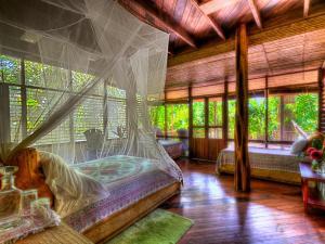 A room at Iguana Lodge Beach Resort and Spa