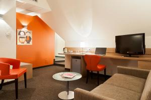 A seating area at Kyriad Hotel Strasbourg Lingolsheim