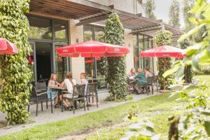 A restaurant or other place to eat at Jeugdherberg De Peerdevisser