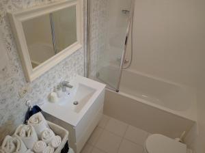 A bathroom at Luxury Apartment Delišan
