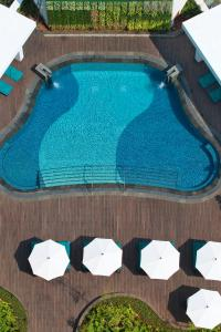 A view of the pool at Mandarin Oriental Jakarta or nearby