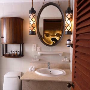 A bathroom at Makunudu Island